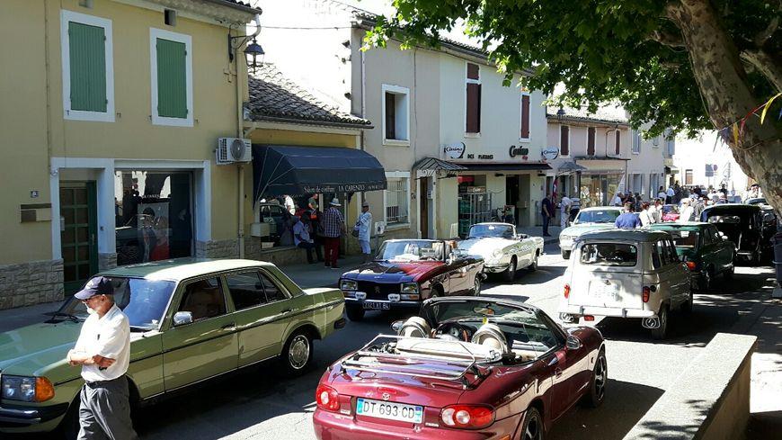 Le coeur du village envahi de voitures ce dimanche... souvenirs, souvenirs !