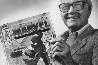 """Stan Lee, éditeur historique des comics Marvel, posant avec un numéro de """"Spider-Man"""", l'un des super-héros sorti de son imagination."""