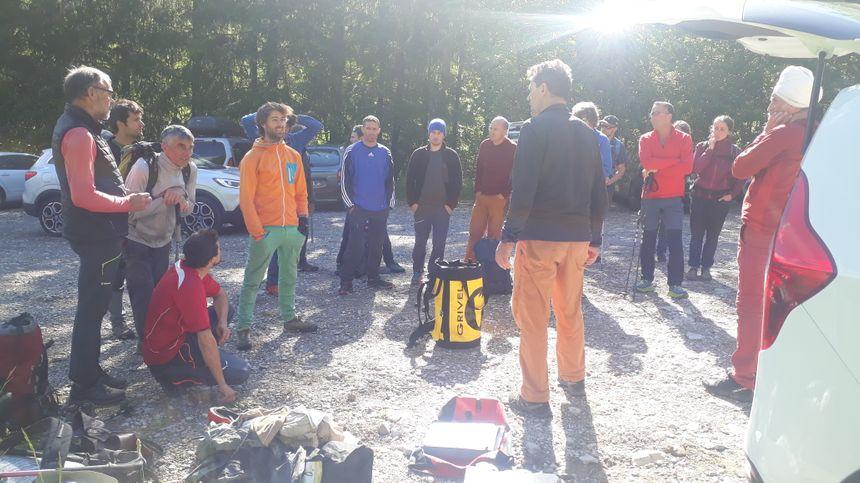 Les bénévoles sur le départ dimanche matin, se répartissant les 300 kilos de matériel à acheminer dans la montagne.