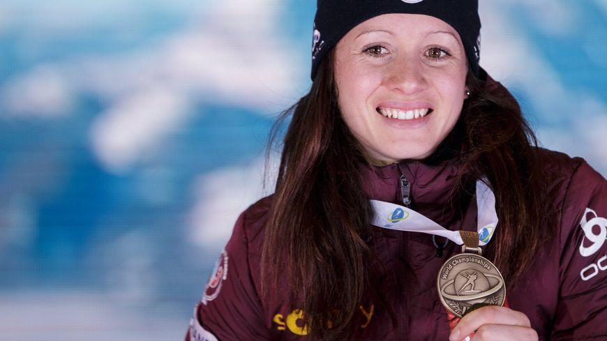 Anaïs Chevalier avec sa médaille de bronze décrochée sur le sprint des mondiaux d'Hochfilzen en 2017