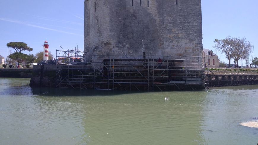 La Tour Saint-Nicolas est cerclée de métal pour la consolider