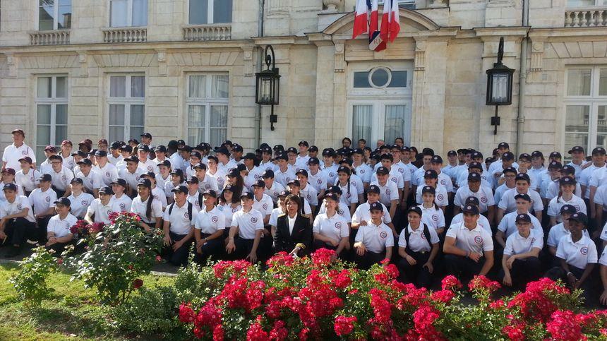 Les 160 volontaires ont posé pour une photo de groupe avec la préfète du Cher.