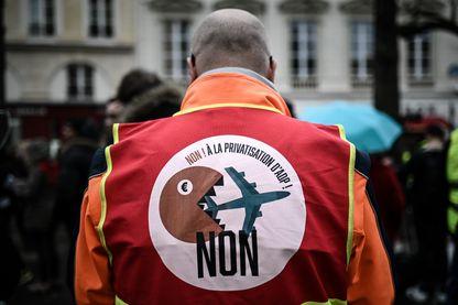 Un opposant à la privatisation d'ADP, membre de la CGT, lors d'une manifestation devant l'Assemblée National le 13 mars 2019.