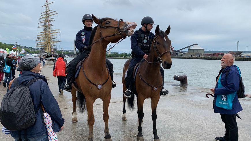 Les deux policiers sont souvent arrêtés par des touristes admiratifs.