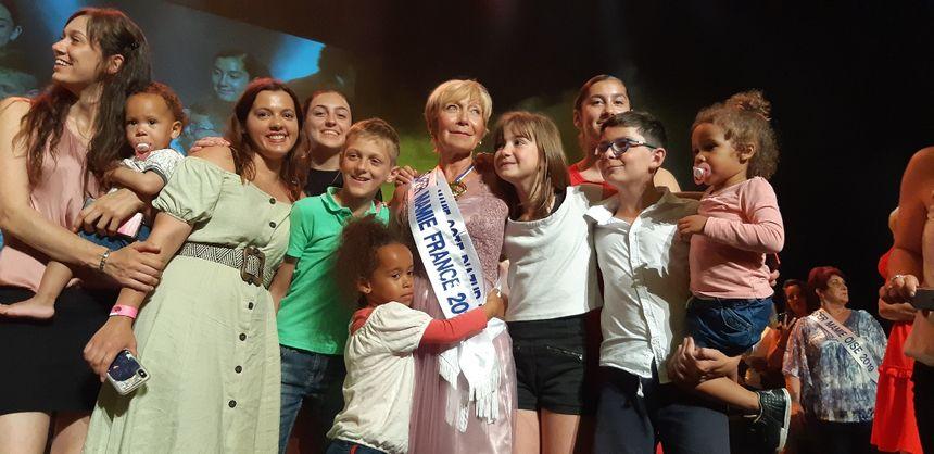 Rita Largillier entourée par toute sa famille