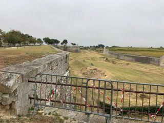 Le gérant du Bastion a sécurisé lui-même certains accès aux murailles, avec des barrières. Jean-Audouin Vigy aimerait des travaux plus lourds.