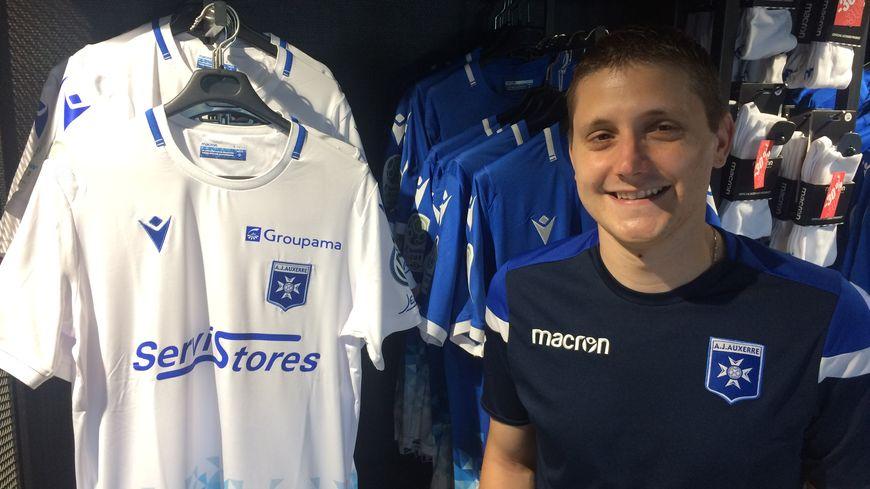 Bastien Thierry, en charge de la boutique et de la billetterie du club présente la nouveau maillot de l'AJA.