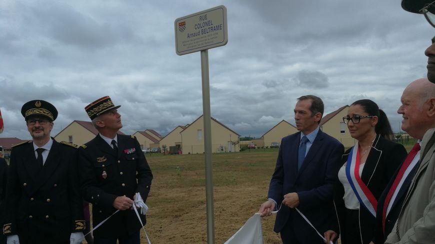 Le maire Vincent Dancourt (DVD), le général Thierry Cailloz et les officiels ont dévoilé le nom d'une rue portant le nom de ce héros Français ce samedi 15 juin 2019