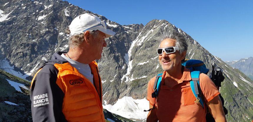 Christophe Delachat contrôlant un alpiniste