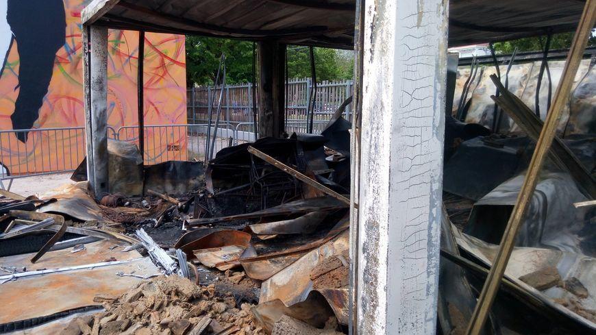 """Le local """"la boîte à vélos"""", totalement détruit après un incendie volontaire."""