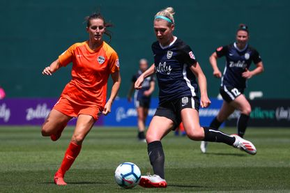 TACOMA, WASHINGTON - 2 JUIN: Megan Oyster n ° 4 du Seattle Reign FC dribble contre Haley Hanson n ° 9 du Houston Dash dans la première moitié de leur match au Cheney Stadium le 02 juin 2019 à Tacoma, Washington.
