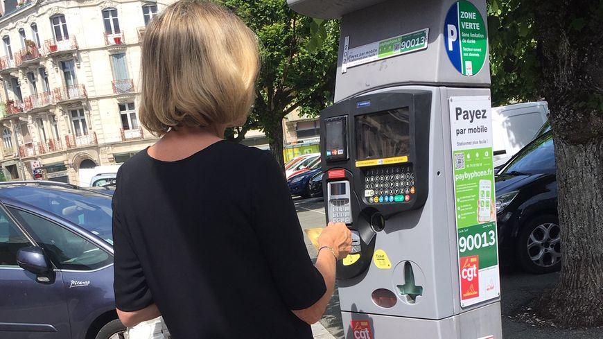 L'amende de stationnement est de 30 euros. 25 euros si elle est payée sous 5 jours