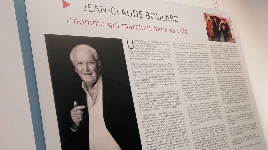 A gauche de la plaque officielle, ce panneau retraçant le parcours et l'oeuvre de l'ancien maire du Mans