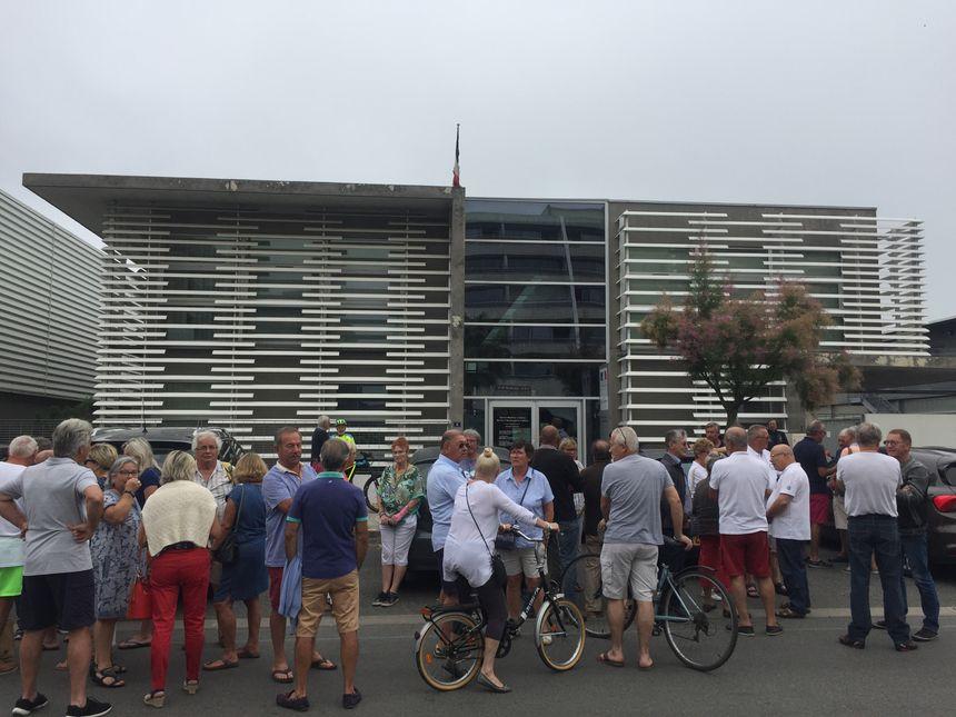 Environ 30 personnes se sont regroupées devant les Affaires Maritimes à Arcachon.
