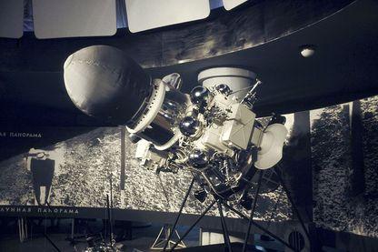 Envoyé par l'URSS, Luna 9 fut le premier appareil à pouvoir se poser sur la Lune en 1966. Les Soviétiques pourtant ne seront pas les premiers à marcher à sa surface.