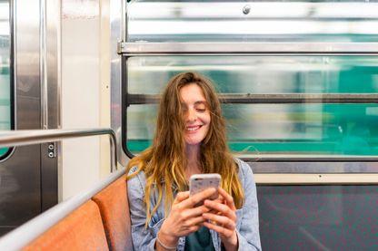 Mais qu'est-ce qui donne ainsi sourire cette jeune femme ?