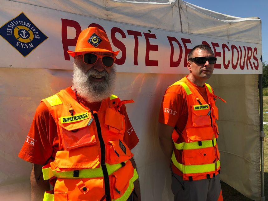 Christian et Sylvain de la Société nationale de sauvetage en mer affrontent la chaleur et assurent la sécurité des baigneurs en plus du personnel du poste de secours sur la plage