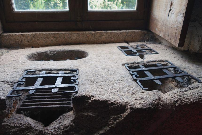 L'ancêtre du micro-onde : les plats étaient conservés au chaud grâce aux braises placées sous les grilles