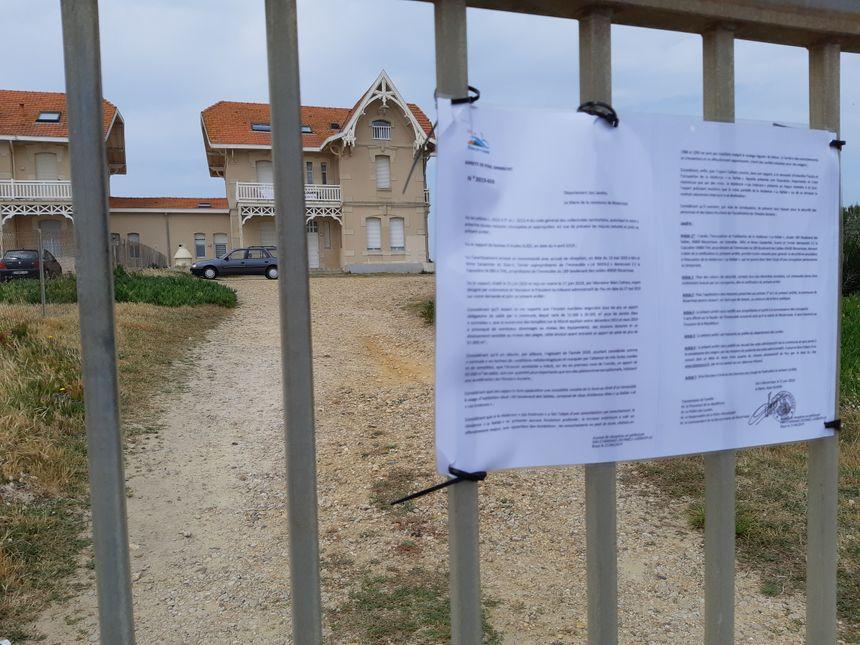 """L'arrêté de péril imminent du maire de Biscarrosse a été affiché sur le portail d'entrée de la résidence balnéaire """"la Rafale"""""""