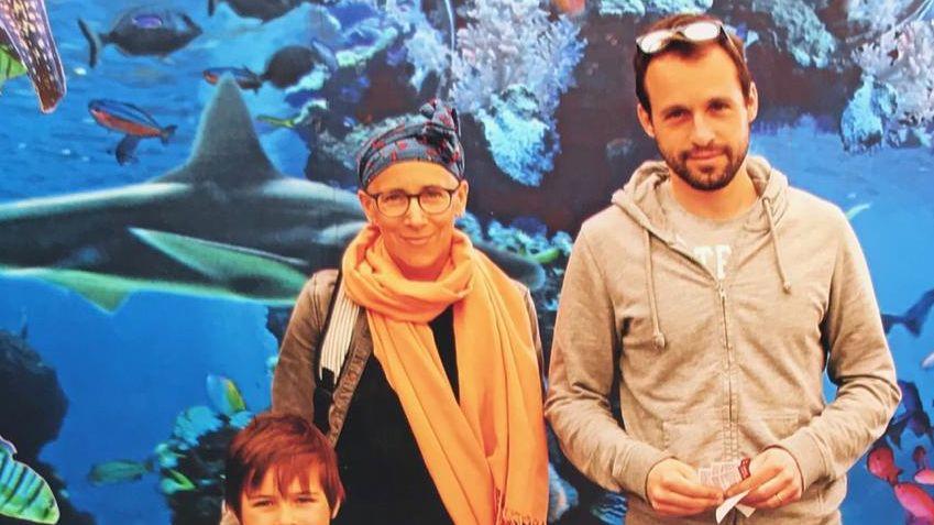Laure avec son mari Thibault et leurs deux enfants.