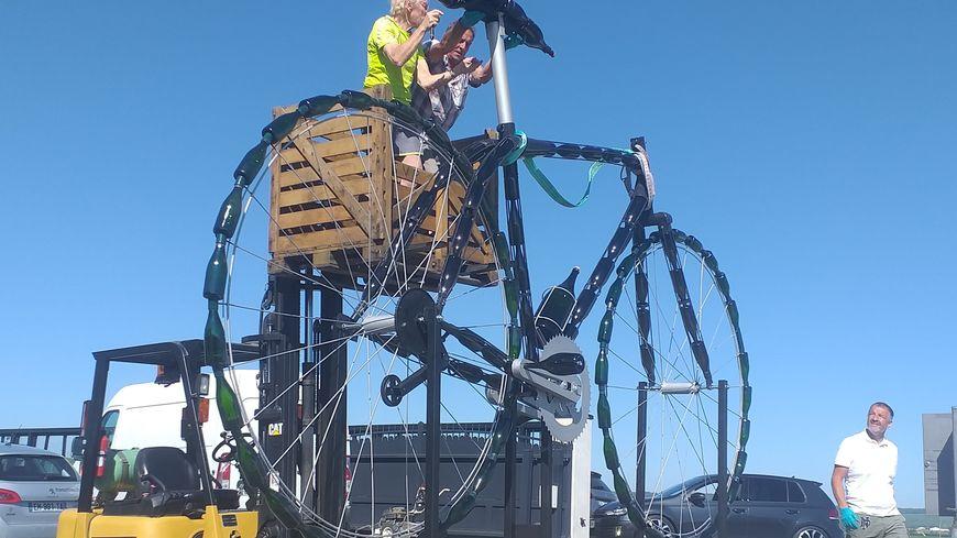250 heures de travail et 120 bouteilles de champagne ont été nécessaires à la construction du plus grand vélo en bouteilles de champagne du monde.