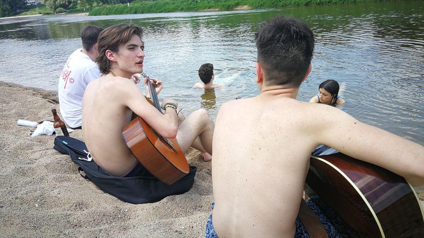 Entre deux cours, ces étudiants Tourangeaux viennent se rafraîchir dans la Loire au bord de l'Île Simon.