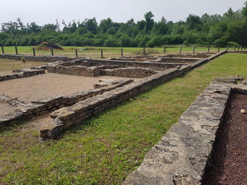 La partie fouillée du site montre les fondations des thermes de la villa gallo-romaine