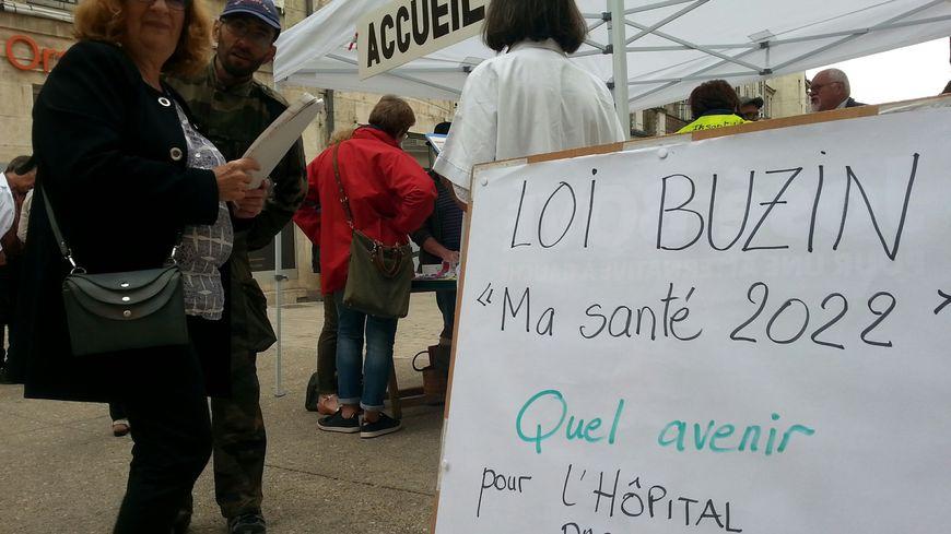 Les membres du Collectif de défense des hôpitaux publics de Dole a fait remplir des feuilles de soins aux passants toute la matinée.