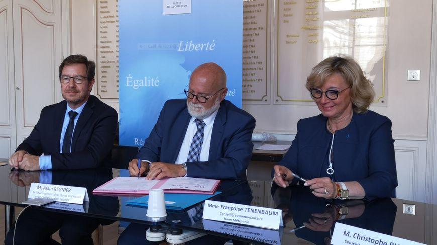 De gauche à droite, le préfet Bernard Schmeltz, le délégué interministériel chargé de l'accueil et de l'intégration des réfugiés Alain Regnier, et Françoise Tenenbaum, conseillère communautaire à Dijon métropole