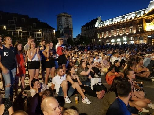 Plusieurs centaines de personnes se sont rassemblées autour de l'écran géant place Kléber.