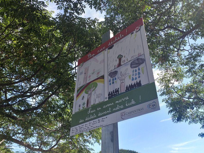 Un panneau anti-dépôt sauvage est désormais posté à l'entrée de l'école.