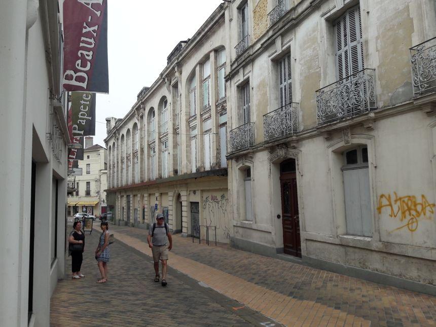 La maison de maître, située à l'arrière des Nouvelles Galeries, à l'angle des rues Cazaillas et Lesbazeilles