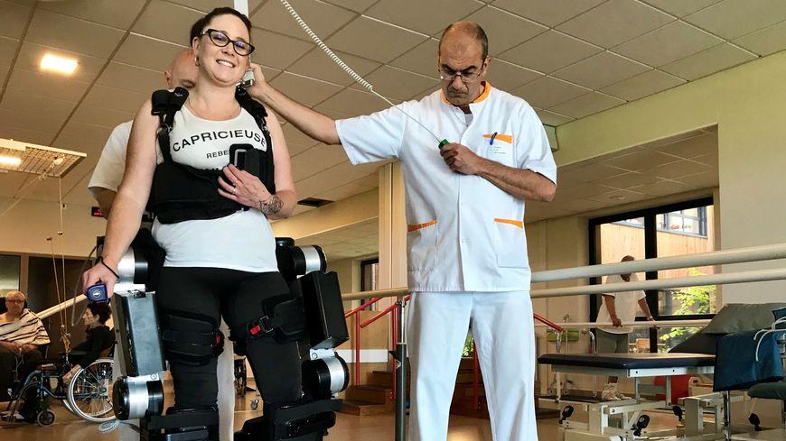 Amandine, 33 ans, fait partie des 13 patients du centre à tester l'exosquelette.