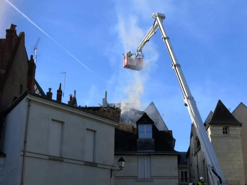 Les pompiers sont restés sur place toute la journée de samedi après cet incendie qui a touché 12 logements à Tours.