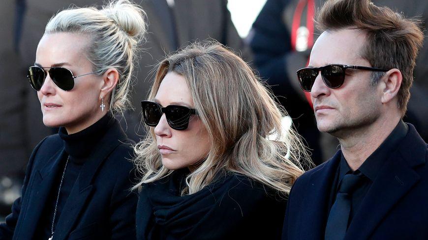 David, Laura et Laeticia aux obsèques de Johnny Hallyday devant l'Eglise de la Madeleine à Paris le 9 décembre 2017.