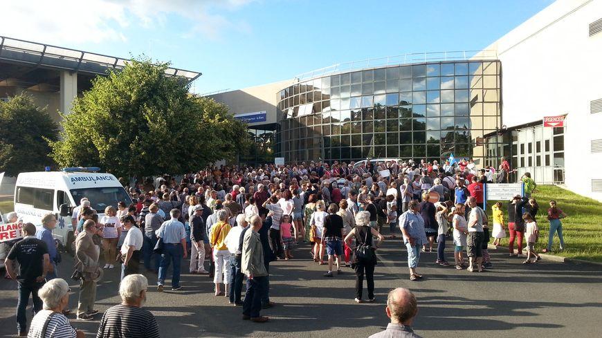 Les manifestants devant l'Hôpital du Blanc.