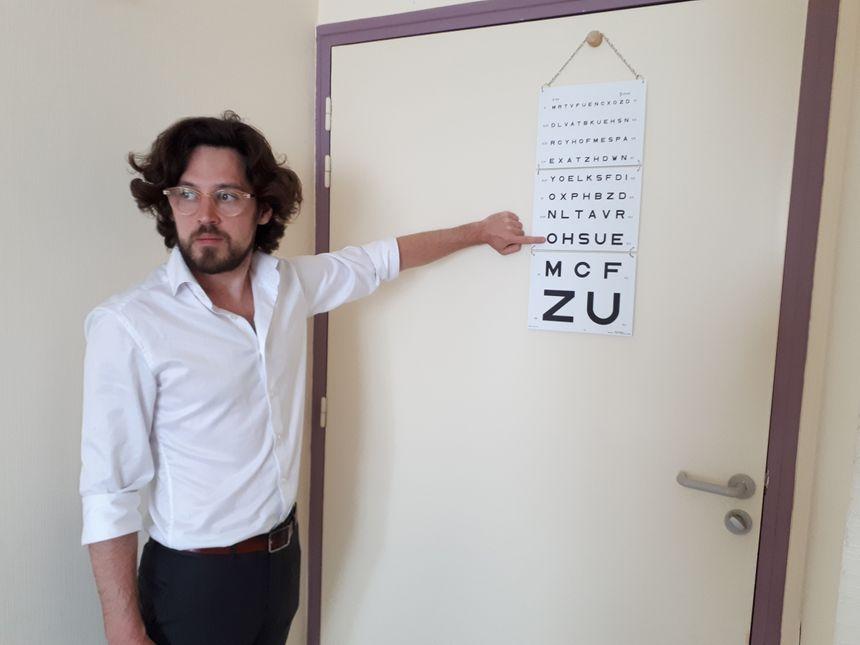 Pierre Fantou orthoptiste lors d'un test de mesure de l'acuité visuelle dans une chambre de l'Ehpad de Janzé