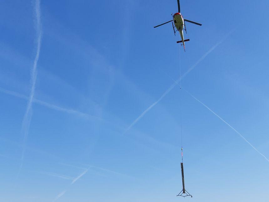Dépose de poteaux électriques en hélicoptère en Dordogne par Enédis