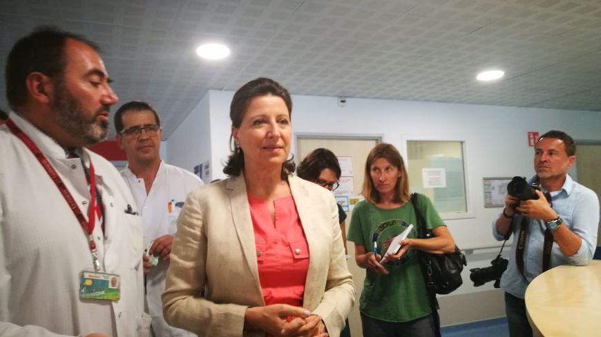 La ministre de la Santé, Agnès Buzyn, accueillie par le chef des urgences à l'hôpital Mercy, François Braun.