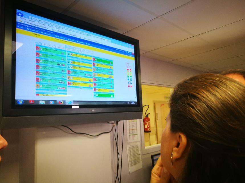Agnès Buzyn regarde l'écran qui indique les patients présents aux urgences