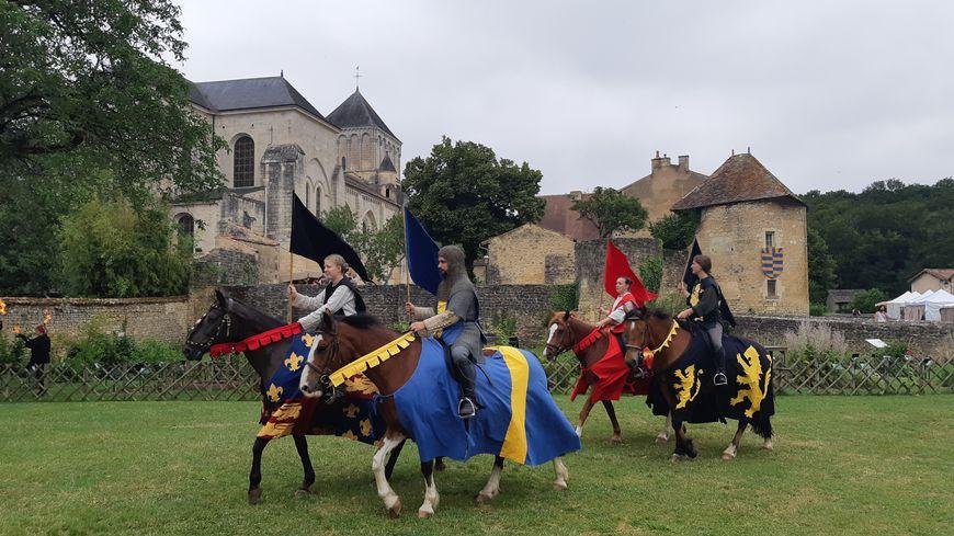 Une quatre chevaux devant l'abbaye de Nouaillé-Maupertuis