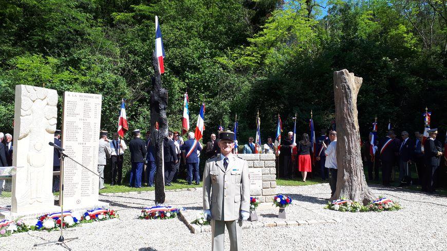 Daniel Dufour, président du Souvenir Français dans l'Yonne, devant le nouveau monument : la stèle, l'arbre sculpté et l'arbre en béton.
