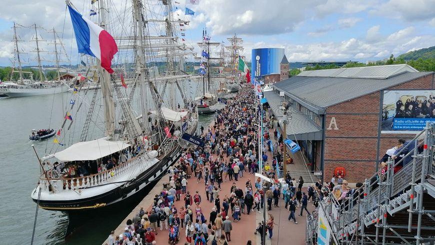 Dernière journée et la foule pour voir les bateaux ce samedi à l'Armada à Rouen.