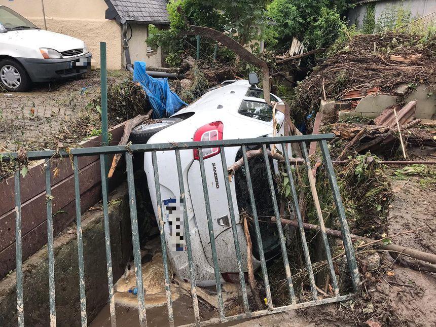 Une voiture poussée dans un fossé par les coulées de boues à Lisieux