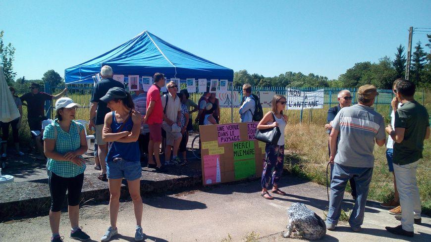Une cinquantaine de personnes se sont rassemblées ce samedi 29 juin à Heillecourt pour protester contre un projet d'antenne de téléphonie.