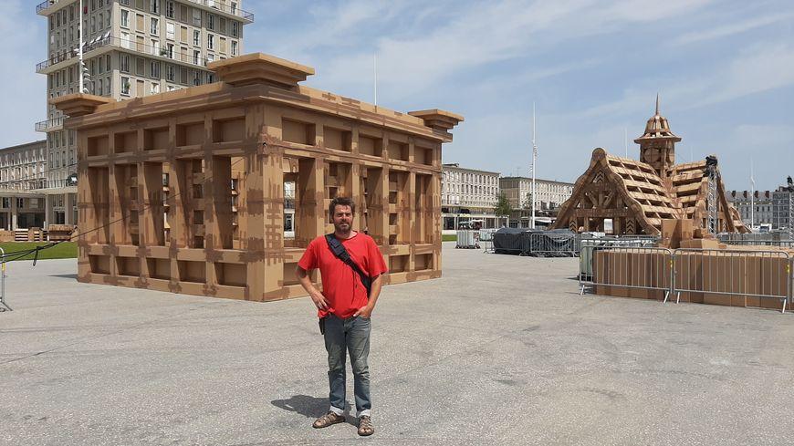 L'artiste Olivier Grossetête devant une partie des constructions en carton quai de Southampton au Havre