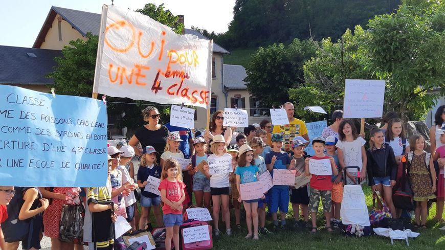 Mobilisation de parents et d'élèves devant l'école de Saint-Cassin (Savoie)