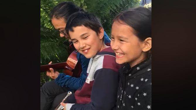 Dans cette vidéo, les deux enfants semblent ravis de chanter ensemble.