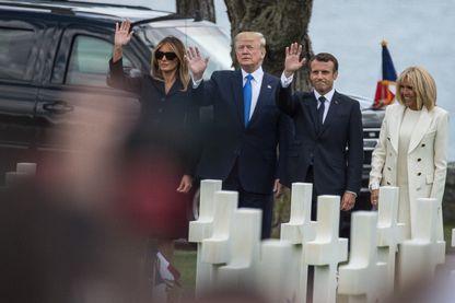 Les présidents Donald Trump avec son épouse Melania, et Emmanuel Macron avec la Premier Dame Brigitte Macron, saluent la foule au Mémorial d'Omaha Beach à Colleville-sur-Mer, le 6 juin 2019.