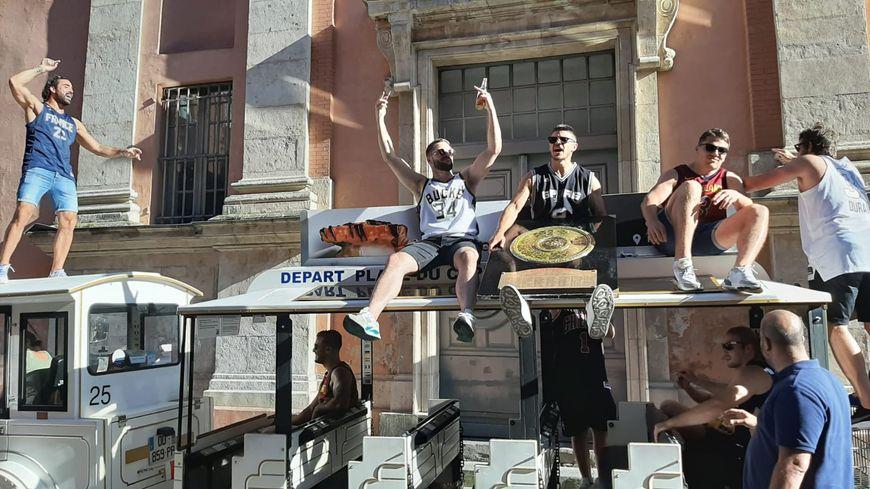 Les joueurs du Stade Toulousain ont mis beaucoup d'ambiance dans les rues de Toulouse ce lundi après-midi